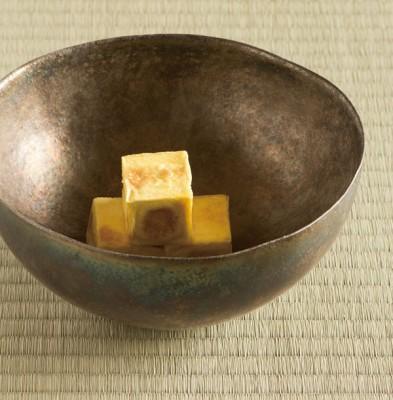 Vessel: Ginsaibachi. Sweet: Tamagoromo by Kokurakamejudo. Photo by Tetsuka Tsurusaki. Cooperation: Kashima Arts.