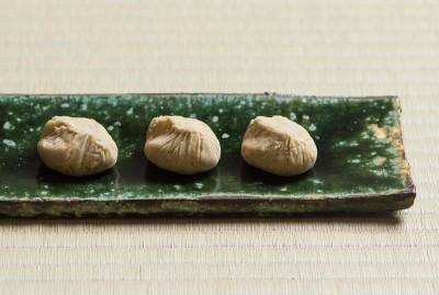 Vessel: Oribeyu Nagakakuzara by Shigetaka Suzuki.Sweet: kuri kinton by Suya. Photo by Tetsuka Tsurusaki. Cooperation: Kashima Arts.