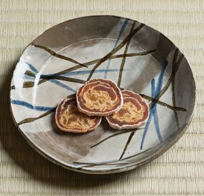 Vessel: Sabie Gosunzara by Shion Tabata. Sweet: Kakisuga by Sohonten Kakisuga. Photo by Tetsuka Tsurusaki. Cooperation: Kashima Arts.