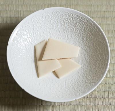 Vessel: Hakuji Inka Kinugyokutomon Wan by Yuzuru Harada. Sweet: Usugori by Usugori-honpo Goromaruya. Photo by Tetsuka Tsurusaki. Cooperation: Kashima Arts.